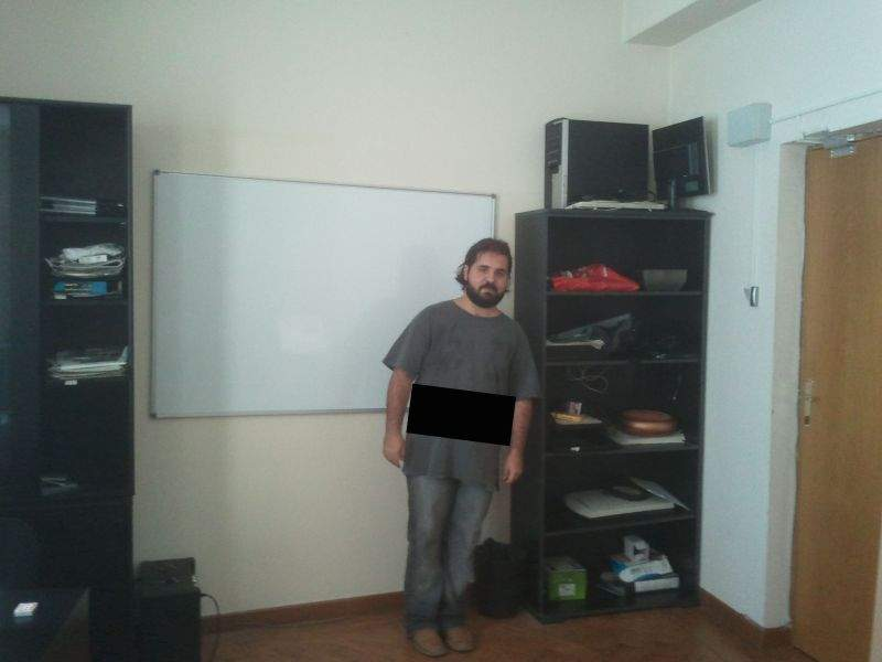 Foto! Redactorii TNR au montat o tablă perfect strâmbă pe perete