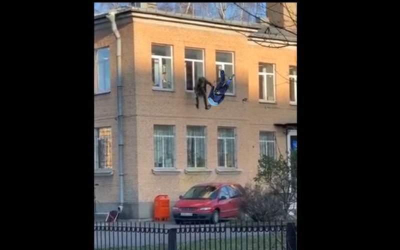 Rusul cu caloriferul e nimic. Un român a sărit pe geam cu poliţistul de care era legat!