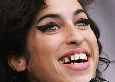 """Doctorii: """"Amy Winehouse nu e de fapt moartă, doar arată ca și cum ar fi"""""""