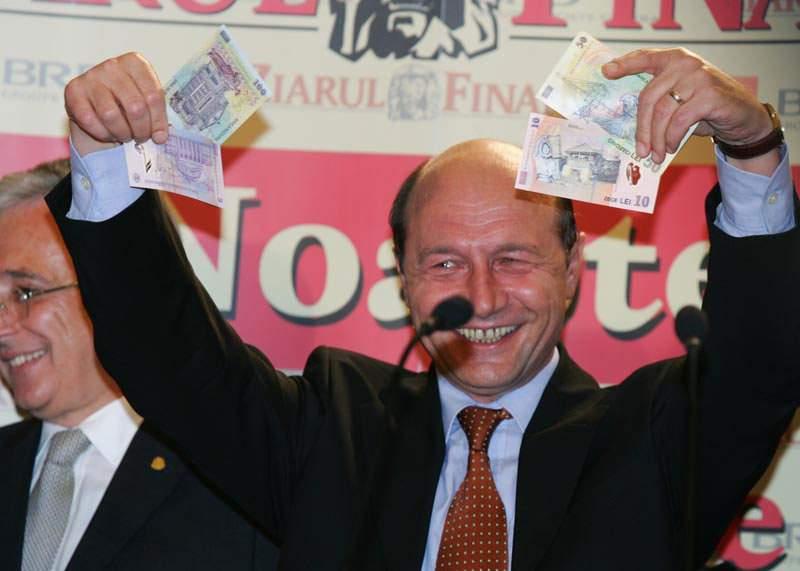 Nu se mai ajunge cu banii! Băsescu s-a angajat part-time ca preşedinte de bloc!