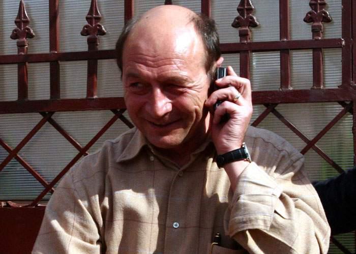Băsescu demisionează din funcţia de preşedinte pentru că nu-i mai convine salariul