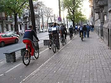 Bicicliştii se plâng că Bucureştiul e plin de piste proaste