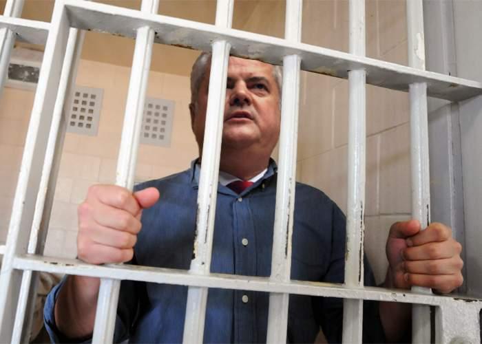 Ce i-au adus la închisoare lui Adrian Năstase prietenii şi familia