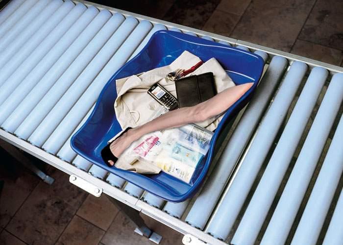 Controlorii de la Otopeni au găsit în bagajul unui pasager piciorul Angelinei Jolie!