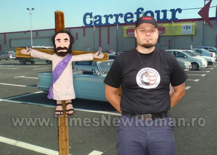 Scandalos! Csibi Barna a răstignit păpuşa lui Iisus într-o parcare Carrefour