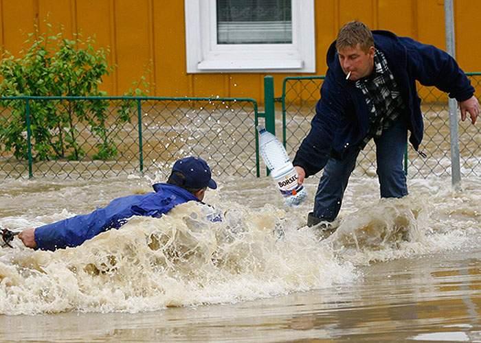 Recomandare de la Guvern: În caz de inundaţii, consumaţi minim 10 litri de lichide pe zi!