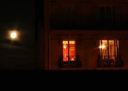 Lumini misterioase la fereastra unui apartament debranşat de la reţeaua electrică