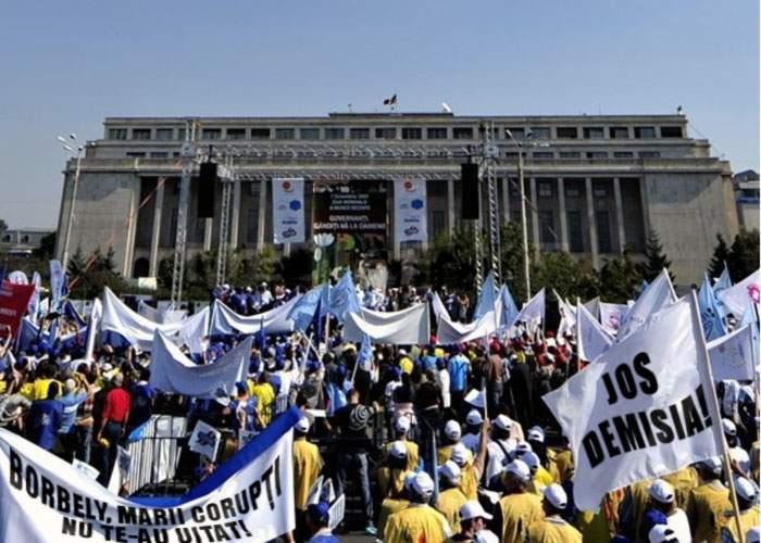 Marii corupţi s-au legat cu lanţuri de Guvern pentru a protesta împotriva demisiei lui Borbely