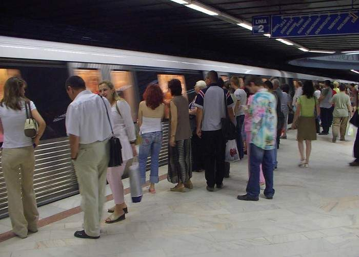 574 de oameni într-un vagon de metrou! 20 de staţii nu au aşteptat să coboare călătorii dinăuntru