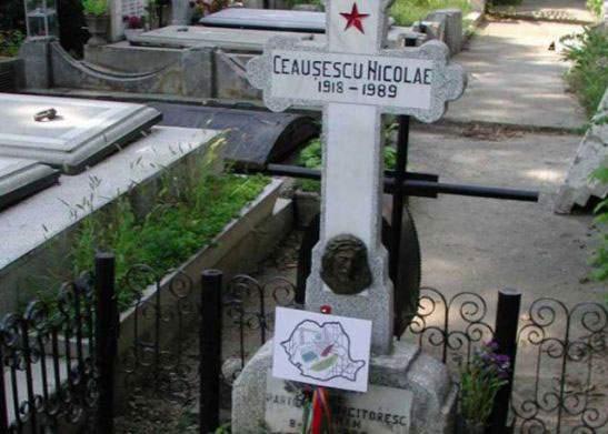De 23 August mai mulți nostalgici PCR au cules ceapă și cartofi de pe mormîntul lui Ceaușescu
