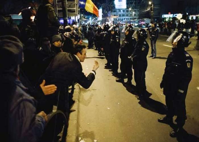 Mulţi manifestanţi fără experienţă îi întreabă pe jandarmi ce ar putea să strige la proteste