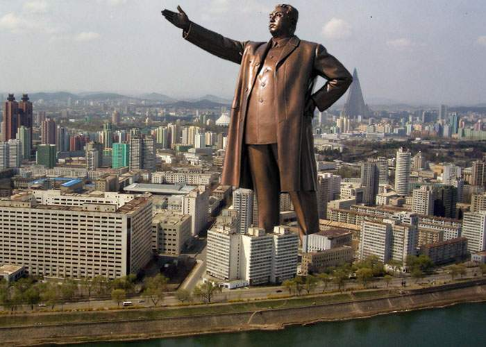Nord-coreenii fac cea mai mare statuie gigantică în mărime naturală a lui Kim Jong-Il!