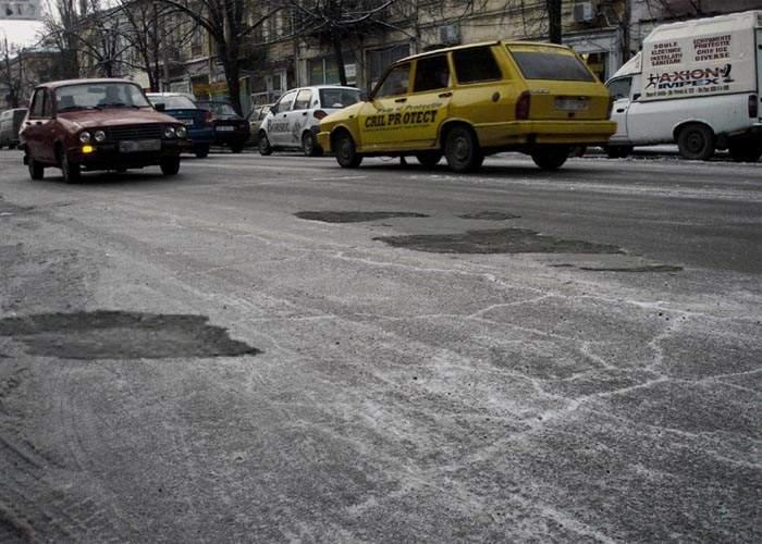 Oprescu, supărat că gheaţa de pe străzile Capitalei e plină de gropi şi denivelări!