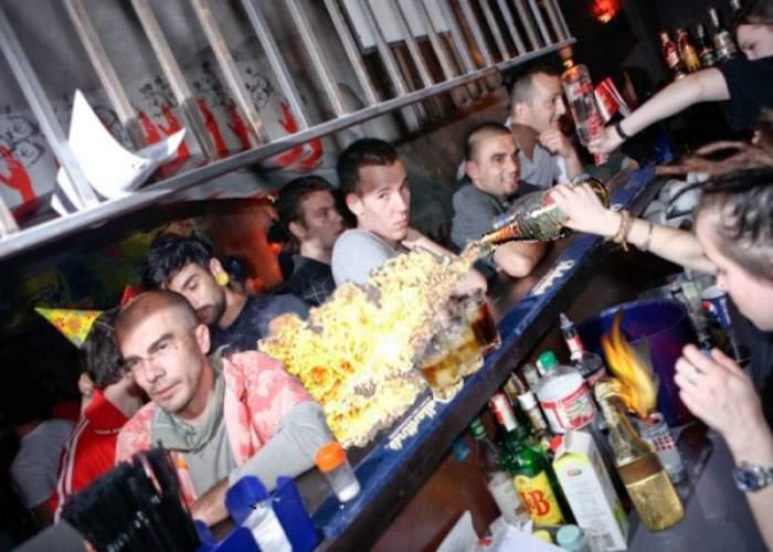 Profitând de proteste, barurile din centrul Capitalei servesc cocktailuri Molotov!