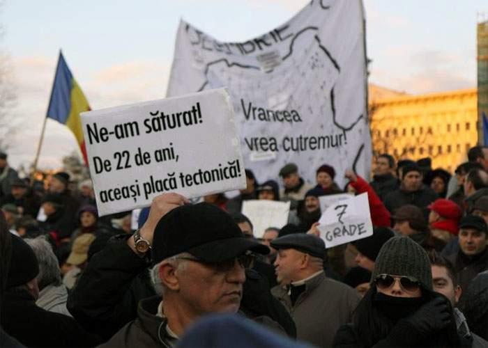 Românii ies în stradă pentru a protesta că ieri n-au primit mult-aşteptatul cutremur devastator!
