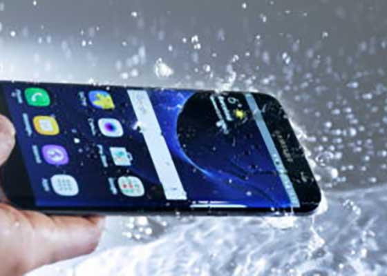 Samsung lansează Galaxy Note 8, care simte când îți ia foc Note 7 și îl stropește cu apă