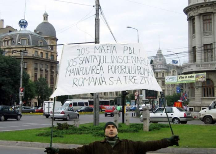 Un protestatar uitat în Piaţa Universităţii a aflat abia azi că a picat guvernul Boc