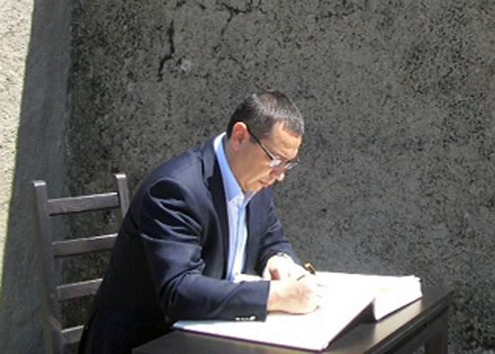 Familist convins: când își pune copiii la culcare, Victor Ponta le citește pagini din CV până adorm