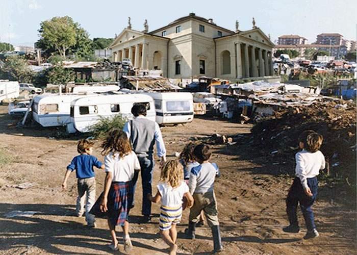 Vile de lux, înălţate ilegal de milionari italieni în mijlocul unei tabere de ţigani lângă Roma