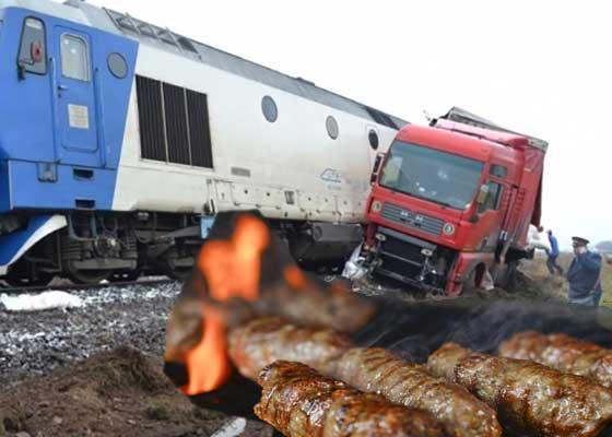 Accident sau semn divin? Un tren cu cărbuni s-a ciocnit cu un tir plin cu caserole de mici