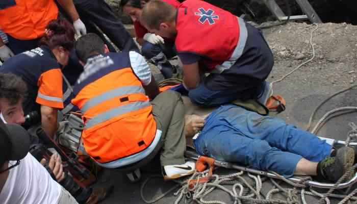 Accident de muncă în Capitală. Unui muncitor i s-a rupt coada lopeţii în care stătea sprijinit