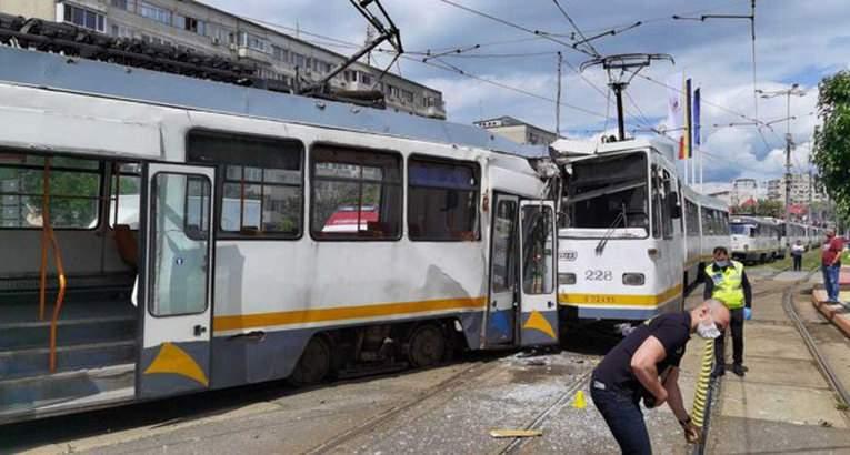Tramvaie ciocnite în Capitală. Bărbaţii care le împingeau au fugit de la locul accidentului