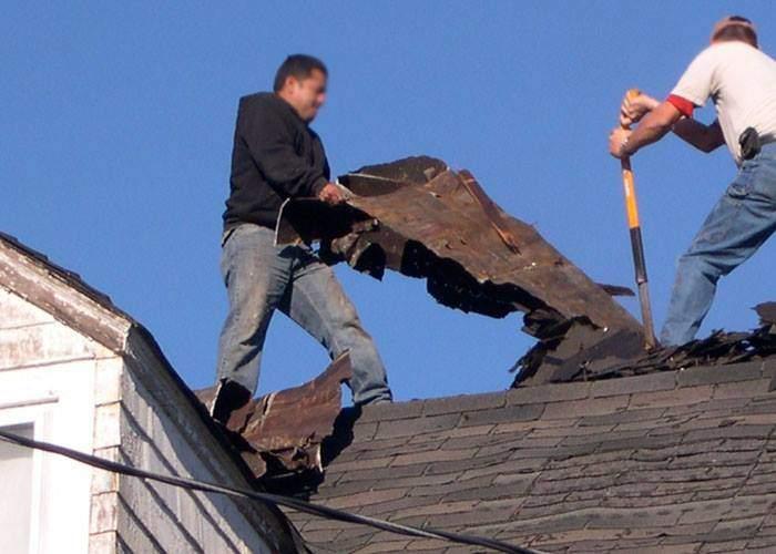 """Nemaiavând răbdare până la furtuna """"devastatoare"""", doi reporteri au smuls acoperişul unei case"""