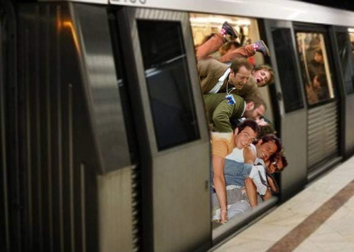 Avalanşă în staţia de metrou Pipera. Doi turişti sunt blocaţi sub un munte de corporatişti