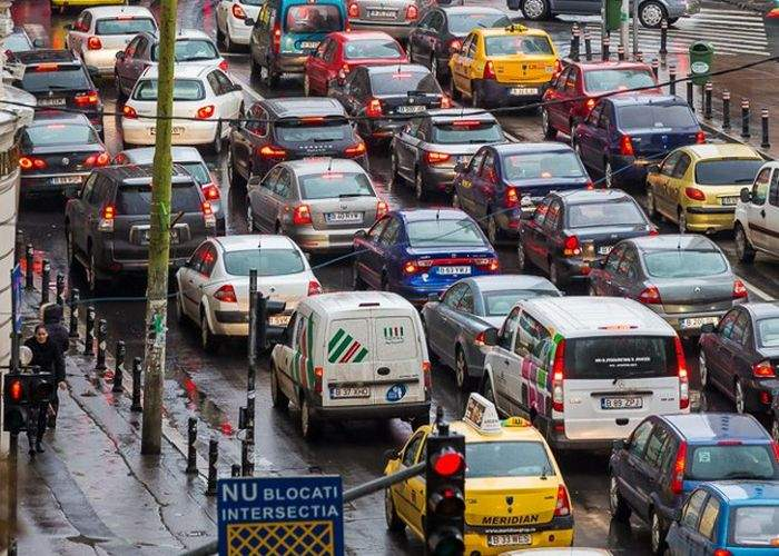 Şoferii care claxonează înainte ca semaforul să se facă verde vor avea permisul suspendat 80 de ani