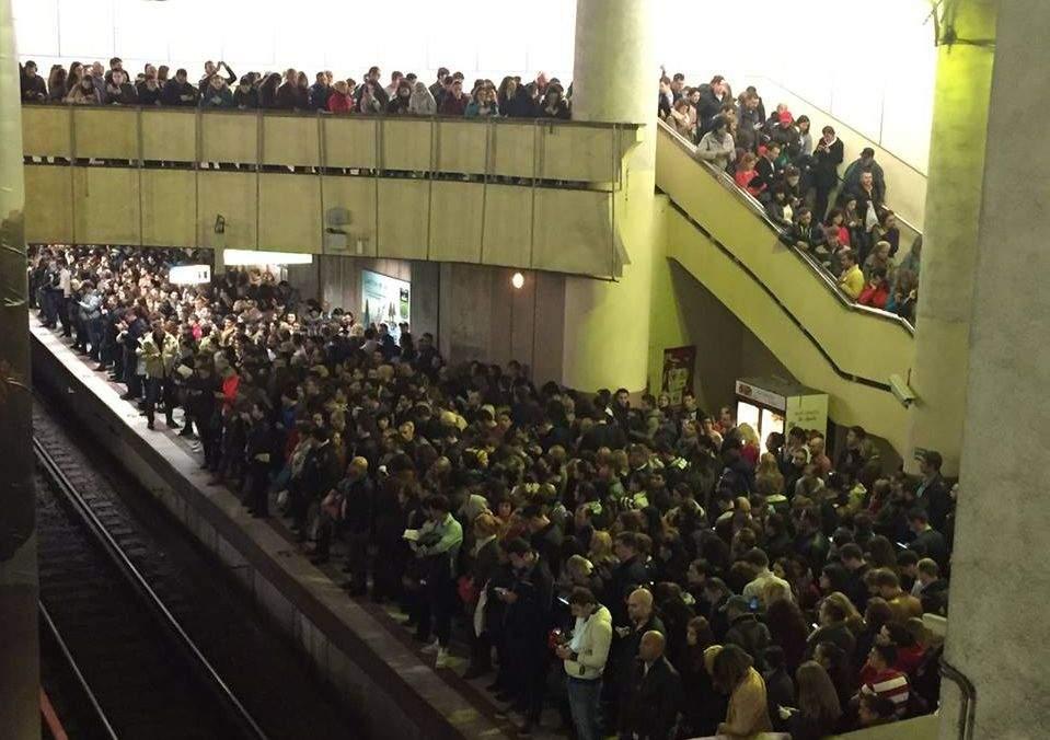 Explicația aglomerației de la metrou! Cineva a anunțat că de la Victoriei pleacă metrou spre Drumul Taberei