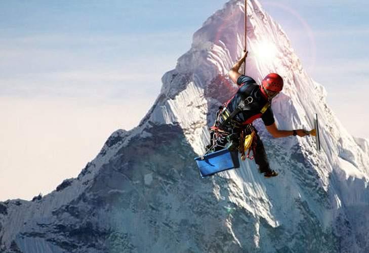 Record! Un tânăr român e primul alpinist utilitar care a spălat Everestul de sus până jos