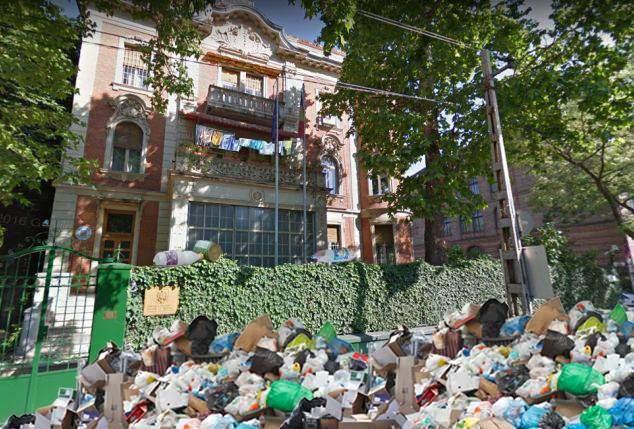Ungurii ne sfidează din nou! Extremişti maghiari au strâns gunoaiele aruncate pe geam din ambasada României la Budapesta