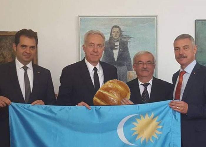 """Ambasadorul SUA explică gestul: """"Dacă nu mă pozam cu steagul secuiesc, nu-mi dădeau pâine"""""""