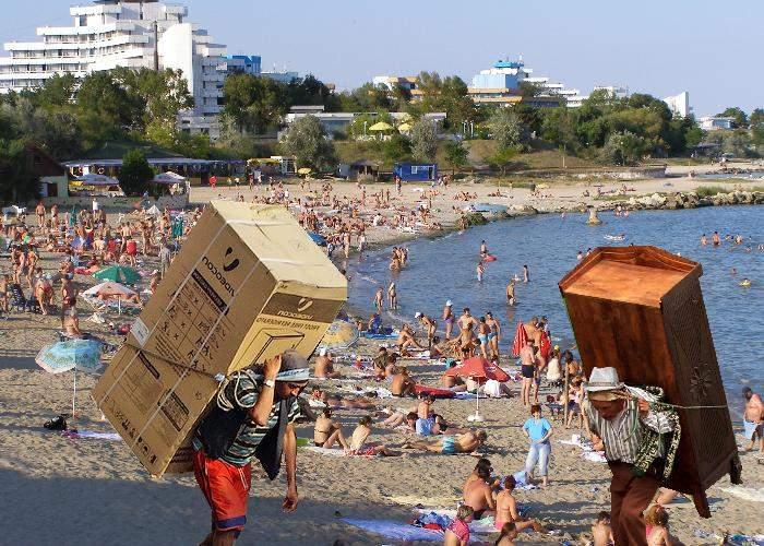 Vânzătorii de pe plajă se extind! Au trecut de la nămol şi porumb fiert la electrocasnice şi mobilă