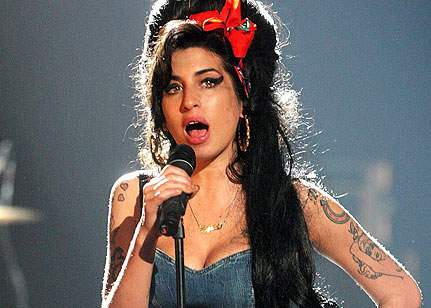 Un român a călătorit în viitor pentru a face glume despre Amy Winehouse și atentatul de la Oslo