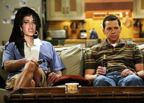"""Amy Winehouse urma să-l înlocuiască pe Charlie Sheen în serialul """"Two and a Half Men"""""""