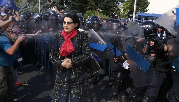 Previzibil. Ecaterina Andronescu, bătută de jandarmi după ce a cerut demisia lui Liviu Dragnea
