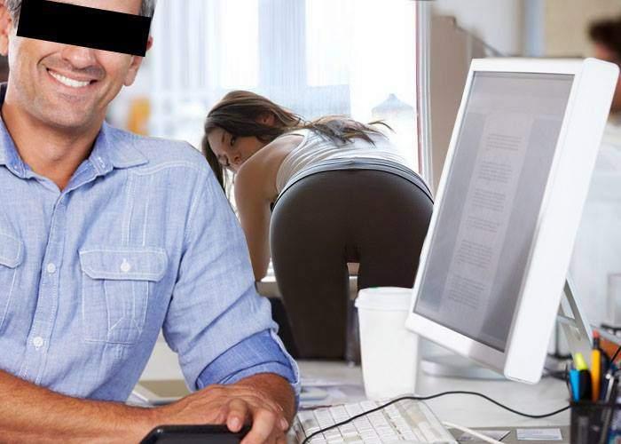 O tipă cu fund sexy, angajată într-o firmă de IT să ridice diverse obiecte de pe jos