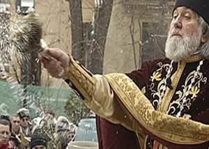 Românii credincioşi vor ca de Izvorul Tămăduirii în loc de apă sfinţită să fie stropiţi cu bere