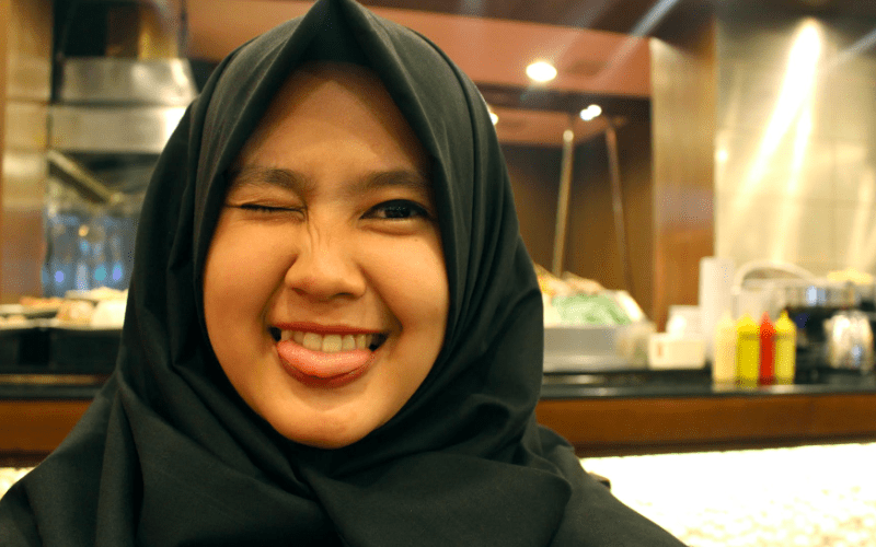 O femeie din Arabia Saudită s-a deghizat în bărbat ca să poată bate o altă femeie