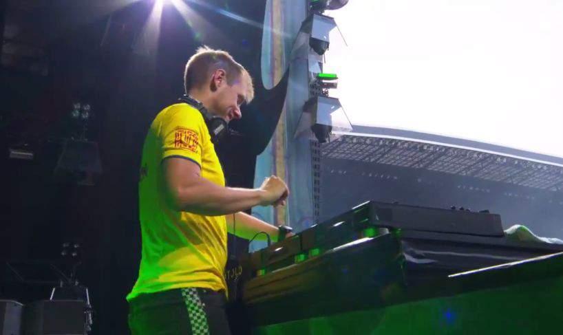"""Armin van Buuren explică de ce-a mixat șapte ore la Untold: """"Păi atâtea litere are expresia «Muie PSD!»"""""""
