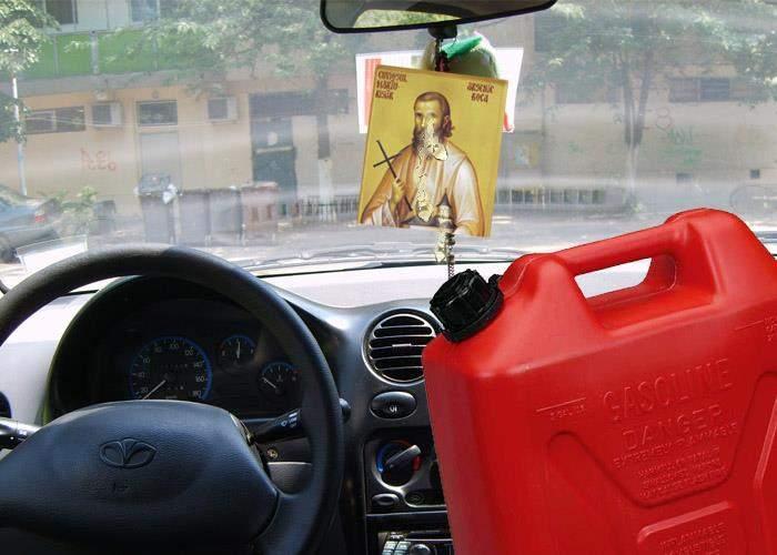 Ăsta miracol! Iconiţa cu Arsenie Boca dintr-un parbriz a început să izvorască benzină