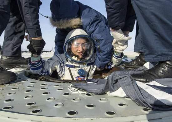 Femeia care a stat 11 luni în spațiu să se machieze a revenit pe pământ