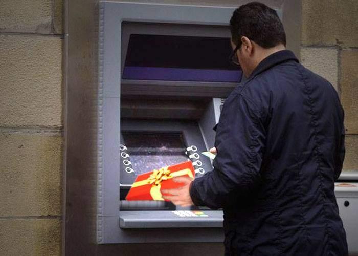 """Studiu. 40% din clienţii băncilor dau """"mici atenţii"""" bancomatelor, sperând la comisioane mai mici"""