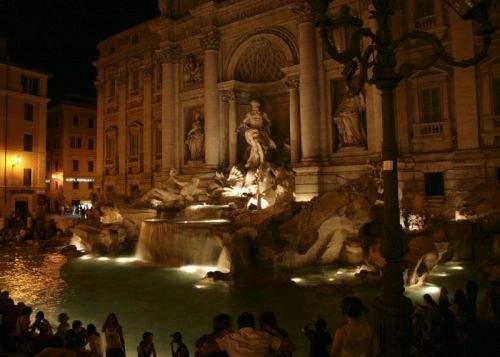 Doi români beţi au atacat o statuie la Roma, cerându-i portofelul