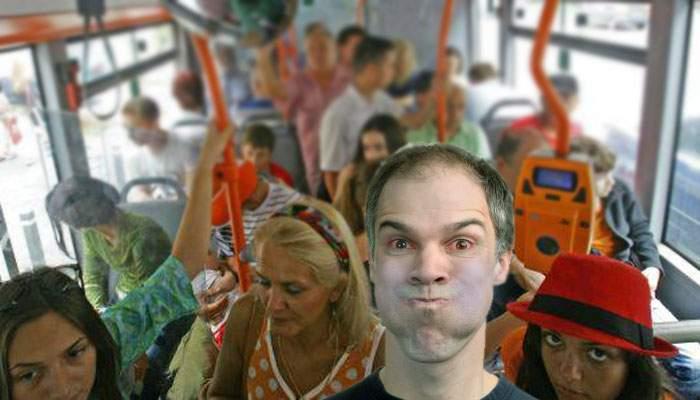În autobuzele care nu pornesc aerul condiţionat călătorii pot scuipa șoferul printr-o fantă specială