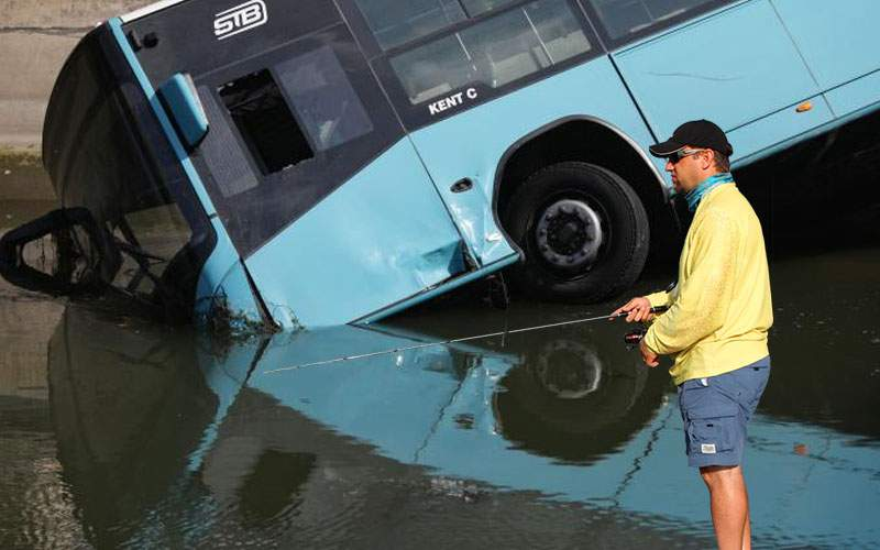 Pescarii spun că în apa Dâmboviţei se ascunde un autobuz mult mai mare decât cel de sâmbătă