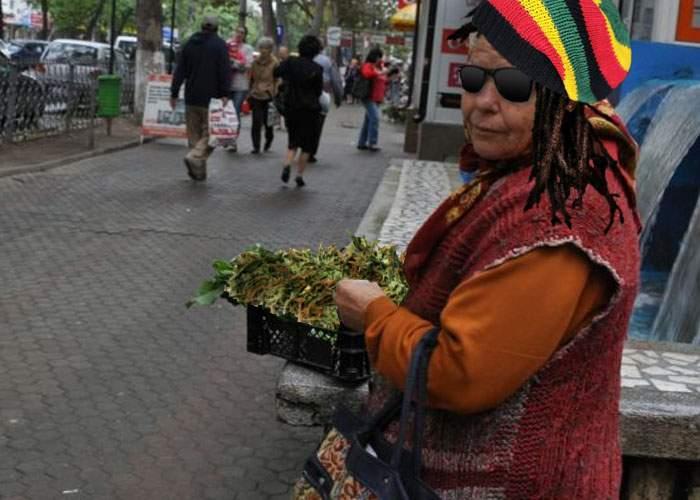 O băbuţă a renunţat la pătrunjel şi acum vinde marijuana, că sunt amenzile mai mici