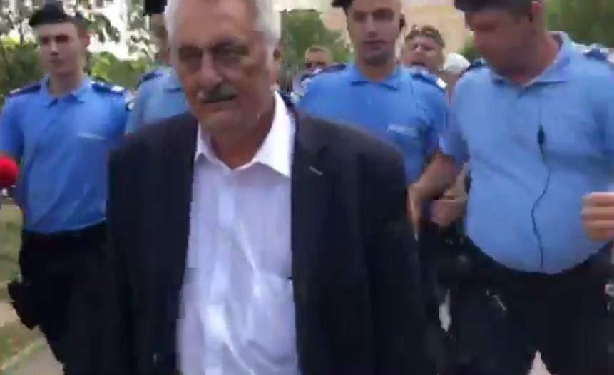 """Pentru prima oară în istorie, un român şi-a cerut scuze pentru c-a scuipat un jandarm: """"Ţinteam spre Bacalbaşa"""""""