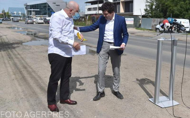 Viceprimarul Bădulescu s-a calmat abia după ce Nicușor Dan i-a dat o banană